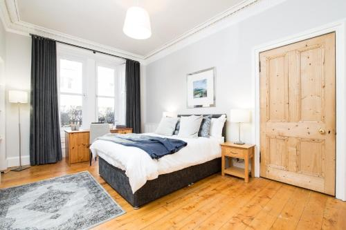 A bed or beds in a room at Beautiful, Traditional 2 Bedroom Main Door Flat