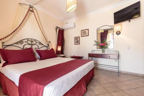 Łóżko lub łóżka w pokoju w obiekcie Agistri Hotel