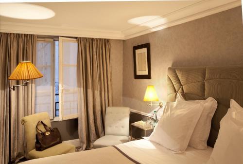A bed or beds in a room at Hôtel Thérèse