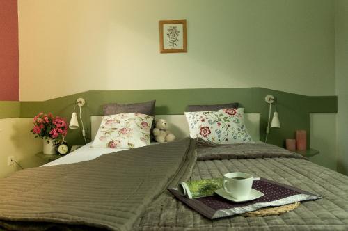 Łóżko lub łóżka w pokoju w obiekcie Hotel Flora