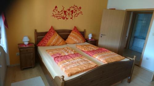 Ein Bett oder Betten in einem Zimmer der Unterkunft Am Rosengarten