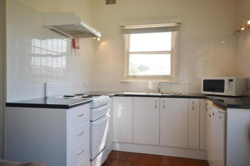 A kitchen or kitchenette at Breakers 3 2 Hill Street