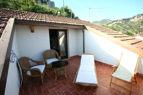 A balcony or terrace at L'Eco dell'800