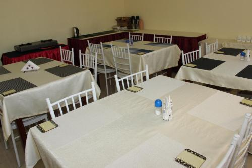 A restaurant or other place to eat at Gees Inn