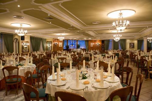 Un restaurante o sitio para comer en Hotel La Maruxiña