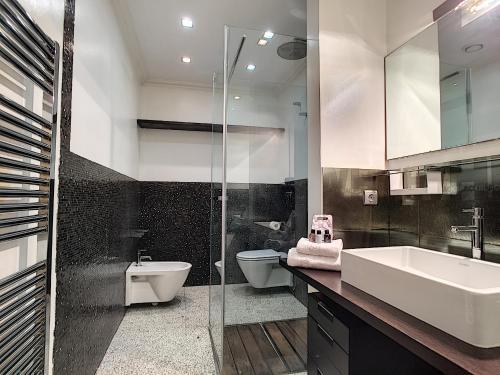 A bathroom at Nestor&Jeeves - CALIFORNIA - Central - Very close sea