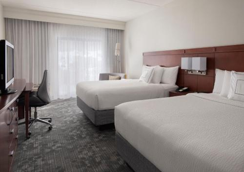 A bed or beds in a room at Courtyard by Marriott Boston Norwood/Canton