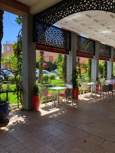 A restaurant or other place to eat at Palmier fleuri