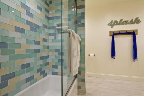 A bathroom at Ocean Palms Beach Resort