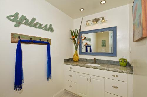 A kitchen or kitchenette at Ocean Palms Beach Resort