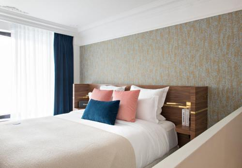 A bed or beds in a room at Hotel Parister