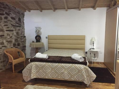 A bed or beds in a room at Refugio d'Anita Douro Valley House