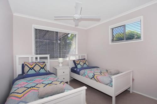 A bed or beds in a room at 6 Botany Court Marcoola Beach - Pet Friendly 500 Bond