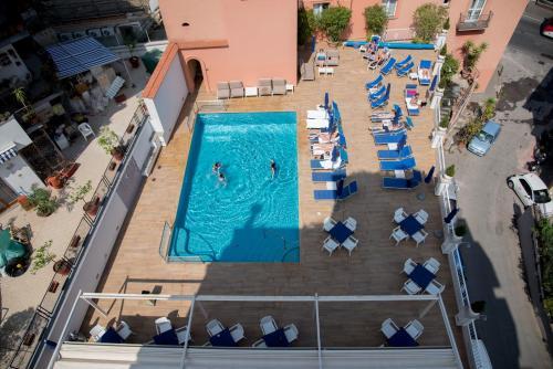 Vista sulla piscina di Hotel Villa Maria o su una piscina nei dintorni