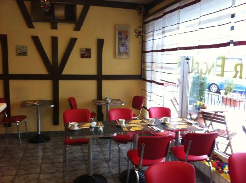 Ein Restaurant oder anderes Speiselokal in der Unterkunft Hotel Goldener Engel