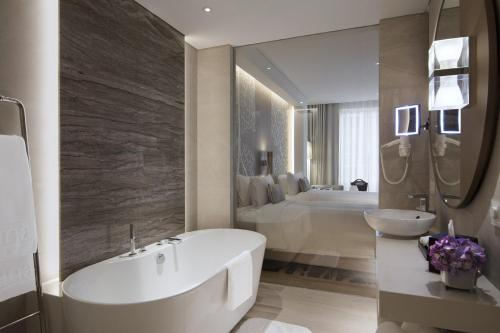 A bathroom at Al Bandar Rotana – Dubai Creek