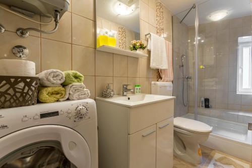 A bathroom at Holiday Home Riva Promenade