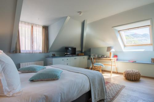 A bed or beds in a room at Hôtel Beau Site Talloires