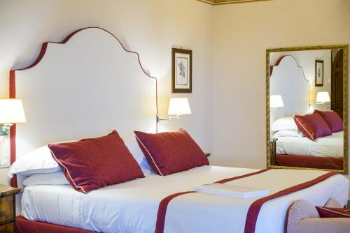 A bed or beds in a room at Hotel Villa Cimbrone