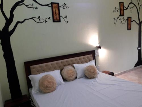 A bed or beds in a room at Joshi Holidays Home Stay