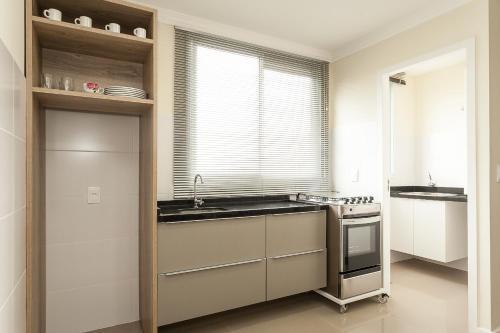 A kitchen or kitchenette at Jurerê Sol & Mar Temporada