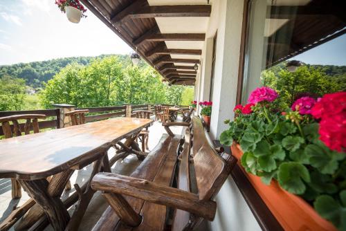 Un balcon sau o terasă la Bran Chalet