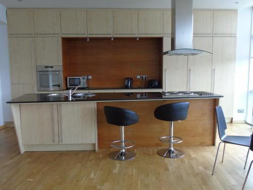 A kitchen or kitchenette at Glasgow Lofts Serviced Apartments