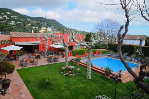Uitzicht op het zwembad bij Mas de Baix of in de buurt
