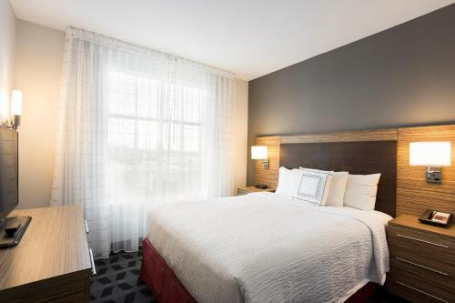 A bed or beds in a room at TownePlace Suites by Marriott San Mateo Foster City