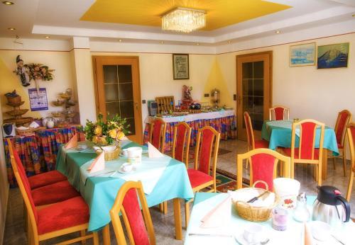 Ein Restaurant oder anderes Speiselokal in der Unterkunft Gästehaus Götz