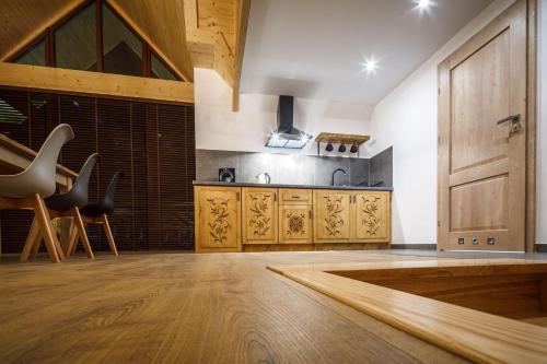 Kuchnia lub aneks kuchenny w obiekcie Tatrzański Ogród Regional Houses Zakopane