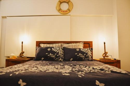 A bed or beds in a room at S+ Stylish Apartment in Heart of Sydney CBD