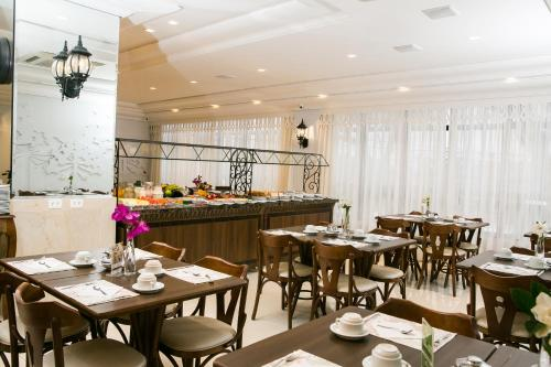 A restaurant or other place to eat at Lizon Curitiba Hotel