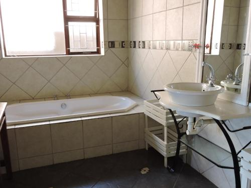 A bathroom at Sea Shells Guest House Mossel Bay