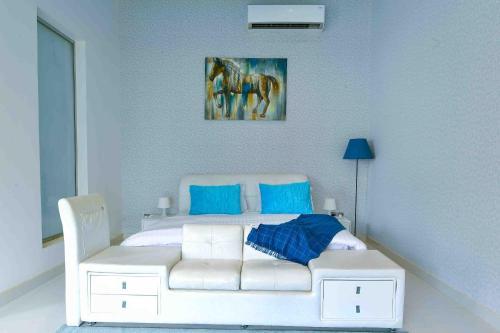 سرير أو أسرّة في غرفة في منتجع العرب