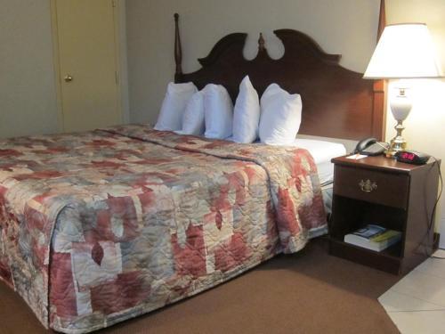 Cama o camas de una habitación en Howard Johnson by Wyndham Toronto Downtown West