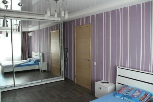 Ліжко або ліжка в номері Современная 1-комнатная квартира