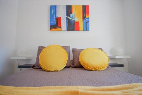 Uma cama ou camas num quarto em Apartamentos Pinhão