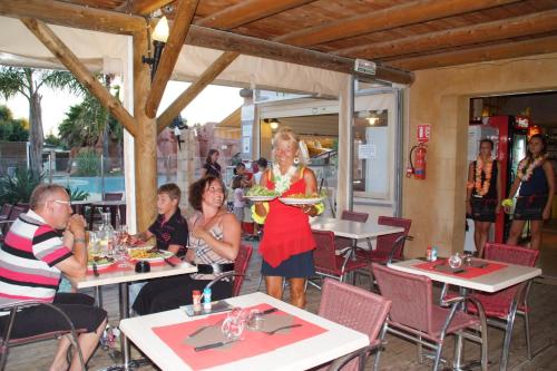 A restaurant or other place to eat at Camping Les Palmiers