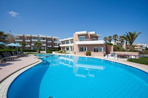 Der Swimmingpool an oder in der Nähe von Phaedra Hotel