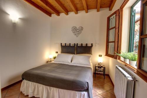 Cama ou camas em um quarto em Duccio's apartments