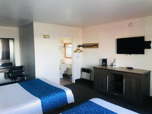 A television and/or entertainment center at Travelodge by Wyndham Williams Grand Canyon