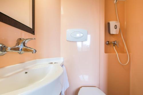 Salle de bains dans l'établissement Première Classe Lille Centre