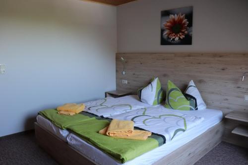 Ein Bett oder Betten in einem Zimmer der Unterkunft Pension Hubertushof