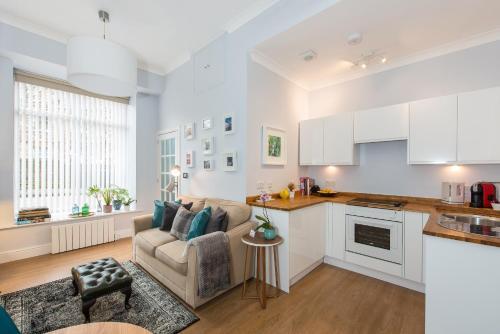 A kitchen or kitchenette at Scottish Stays - Main Door Studio in West Montgomery Place