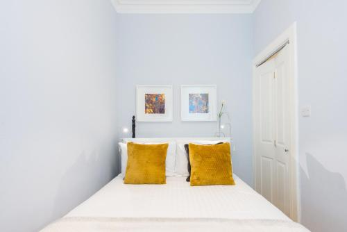 A bed or beds in a room at Scottish Stays - Edina Place Apartment
