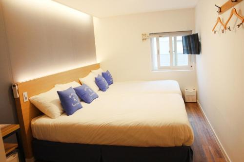 A bed or beds in a room at K-Guesthouse Haeundae 1