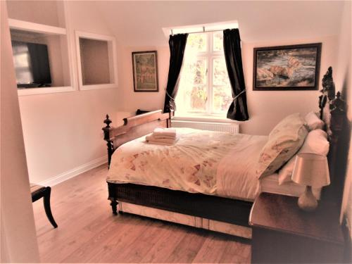 A bed or beds in a room at Riverside Bed & Breakfast