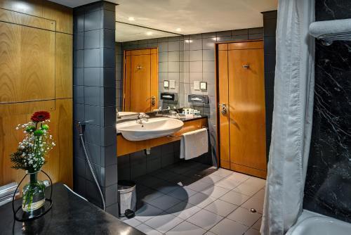 A bathroom at J5 Hotels – Port Saeed