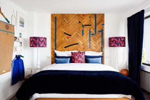 Ein Bett oder Betten in einem Zimmer der Unterkunft hotel friends Düsseldorf Downtown